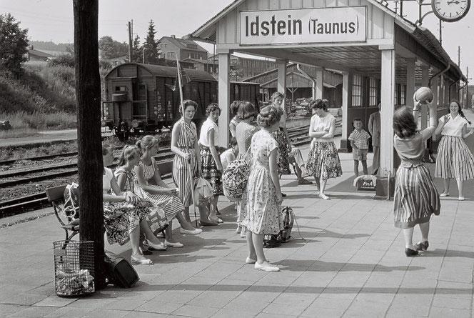 Warten am Bahnhof in den 60er Jahren