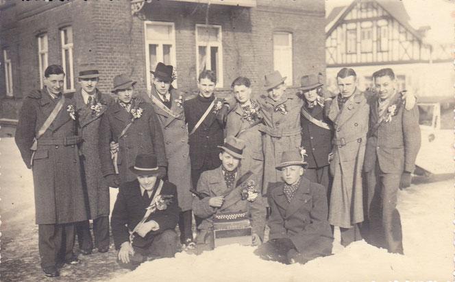 Musterung 1942 (Jahrgang 1924). Das Foto wurde in der Bahnhofstraße aufgenommen.