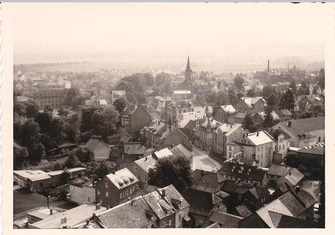 Blick auf die untere Wiesbadener Straße und katholische Kirche