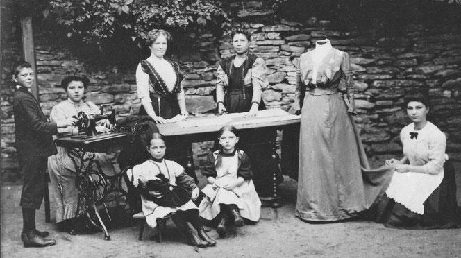 Näherinnen in der Obergasse um 1930