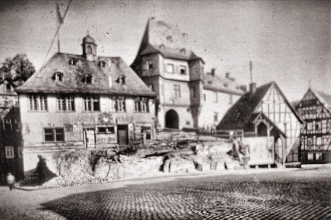 Das Rathaus um 1932, noch gezeichnet vom Felssturz 1928
