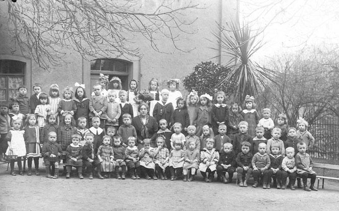Die Zeit im Kindergarten am Zuckerberg- praktischerweise direkt gegenüber des Elternhauses. Das Gruppenbild ist von 1924