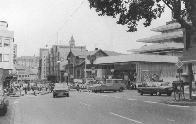 Untere Wiesbadener Straße, um 1978. Das Haus zwischen Volksbank und Nass. Sparkasse (unten, Milchgeschäft Friedrich) steht auch nicht mehr lange