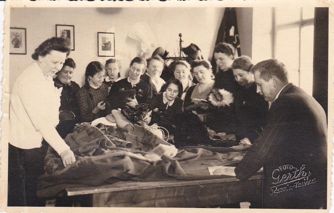 Stoffsammlung in Idstein für die Soldaten an der Front 1942. Das Mädchen in der Mitte Karls spätere Frau Käthe Schmidt.