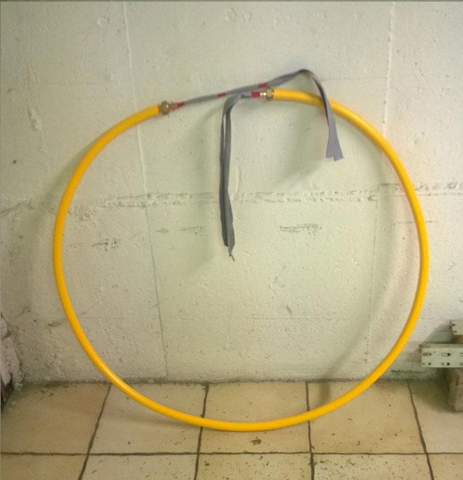 Foto sopra; tubo con cavo piatto infilato.