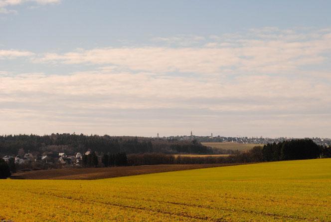 Am Horizont erkennt man die Türme von Kirchberg. Vorne links im Bild liegt die Ortschaft Rödern.
