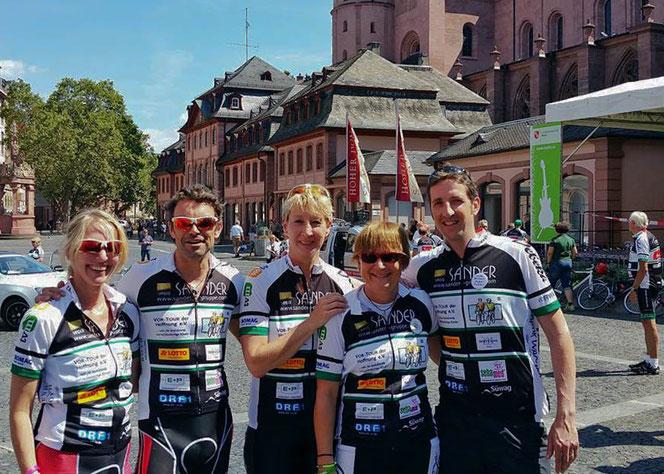 Wir bekommen den Reisesegen zum Start der VOR-TOUR der Hoffnung 2016 im Mainzer Dom St. Martin. Mit dabei Marcel Wüst und Britta Unsleber.