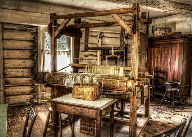 Die gute Stube auf dem Bauernhof - Tradition - Webstuhl  im Haus  -  Blockhaus in massiver Blockbauweise - Wohnblockhaus