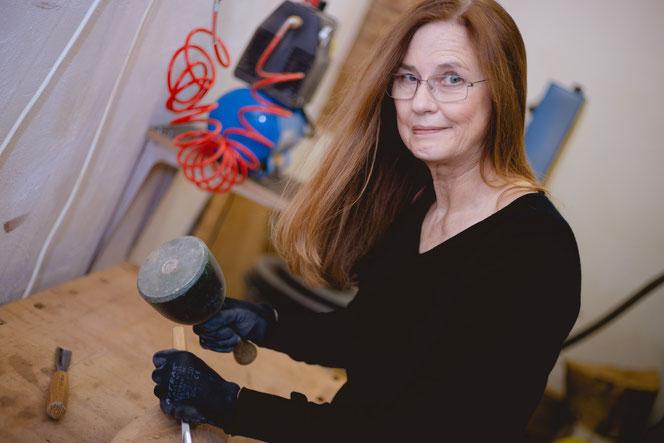Heike Miethke bei der Kunst Arbeit an Skulpturen in ihrer Galerie.