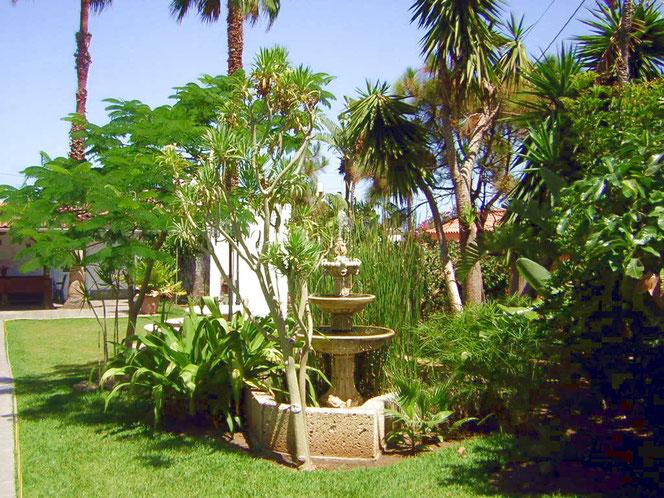 Verträumter Garten mit Stein Brunnen