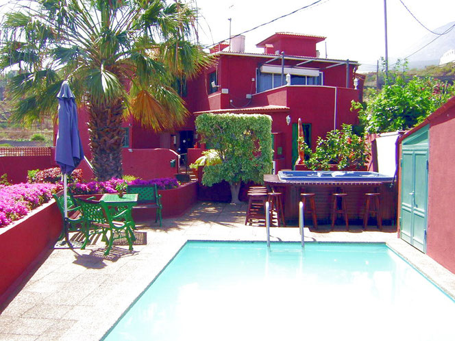 im oberen Teil der Finca ein kleiner Pool, eine Sonnenterasse mit Sonnenliegen und Gartenmöbeln sowie ein Whirlpoo
