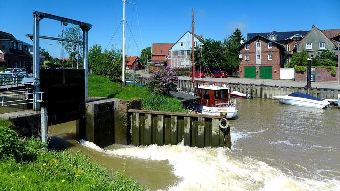 Freiburger Hafenpriel, Spülung durchs offene Wehr mit Wasser aus dem dahinter aufgestauten Bassin.