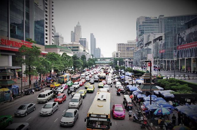 タイ・バンコクの道路渋滞の写真 伊勢丹百貨店、セントラルワールド前 BTSチットロム駅近辺