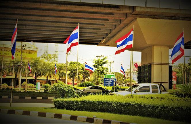 チェンマイの街中。タイ国旗がなびく様子の写真