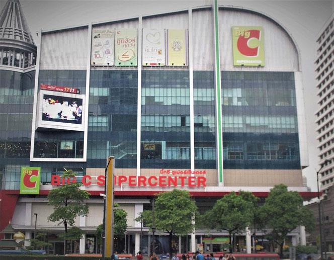 Big C 「ビッグ・シー」スーパーマーケット のお店の外観。 バンコク・タイランド