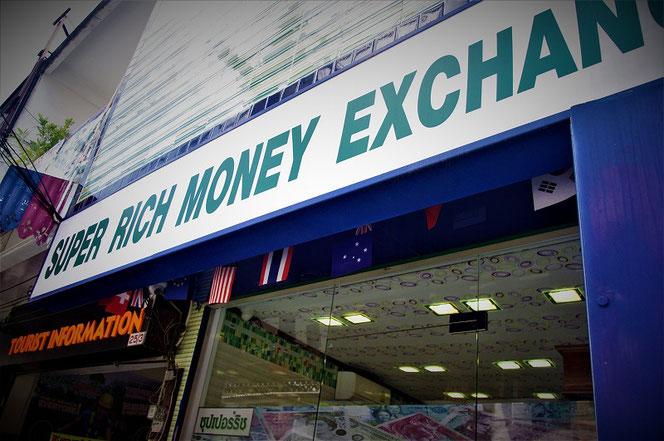 タイ・チェンマイの両替所 スーパーリッチの看板