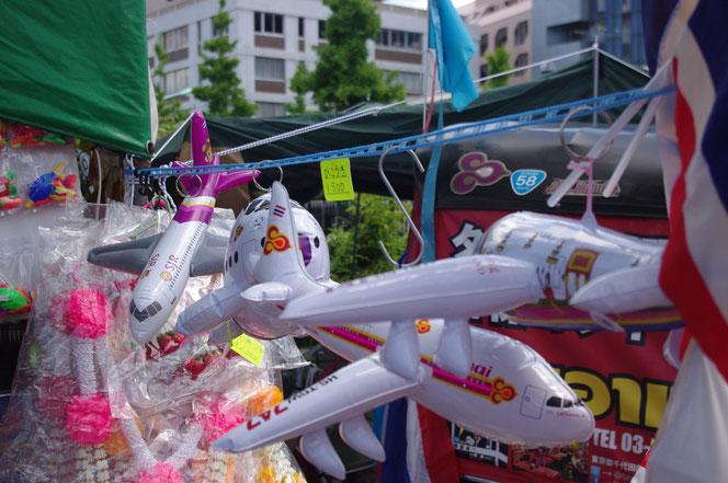 タイフェス会場のタイの雑貨屋タイ航空の風船のおもちゃ。「第14回 タイ・フェスティバル2013年 東京・代々木」の会場写真