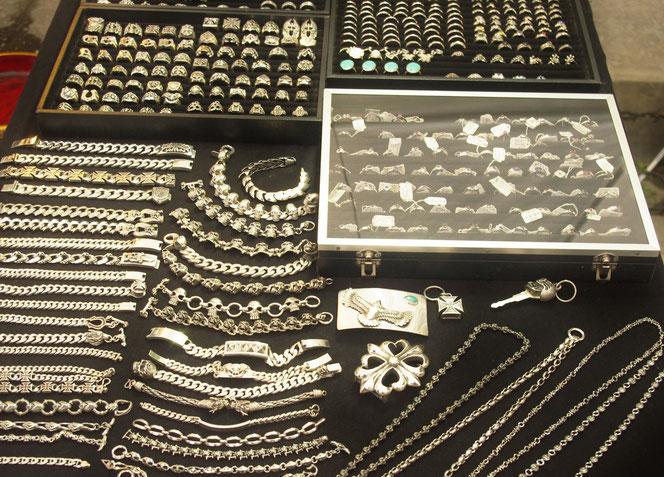 ディスプレイ陳列された、シルバーアクセサリーの写真。黒い布に銀色に光るシルバーアクセサリーが所狭しと置かれている。チェンマイ サタデーマーケット[タイ・チェンマイ旅行(出張)写真ブログの画像]