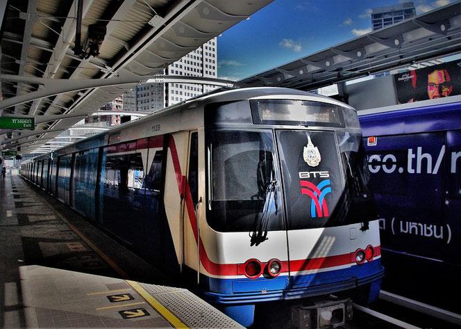 バンコク・スカイトレインBTSの正面の写真。タイ出張旅行時にBTS駅のホームにて撮影。