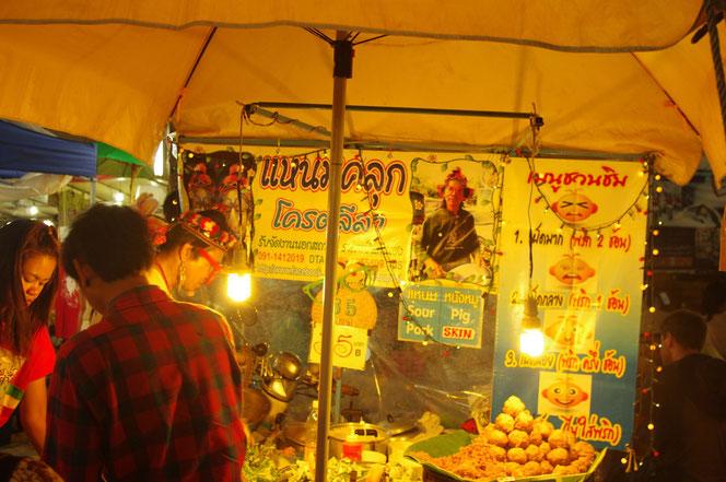 豚の皮を揚げたタイ料理などの屋台。値札には35バーツ。辛さも調節できる。でチェンマイ サタデーマーケット[タイ・チェンマイ旅行(出張)写真ブログの画像]