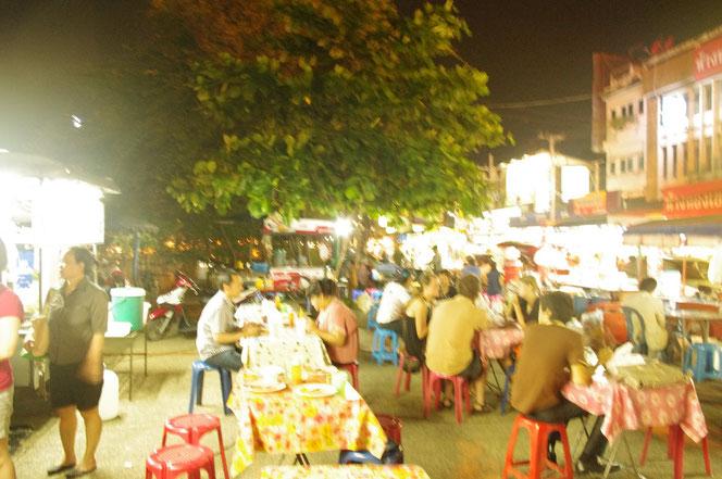 チェンマイ サタデーマーケットから出た箇所の屋台街で食事をする人たちの写真。[タイ・チェンマイ旅行(出張)写真ブログの画像]