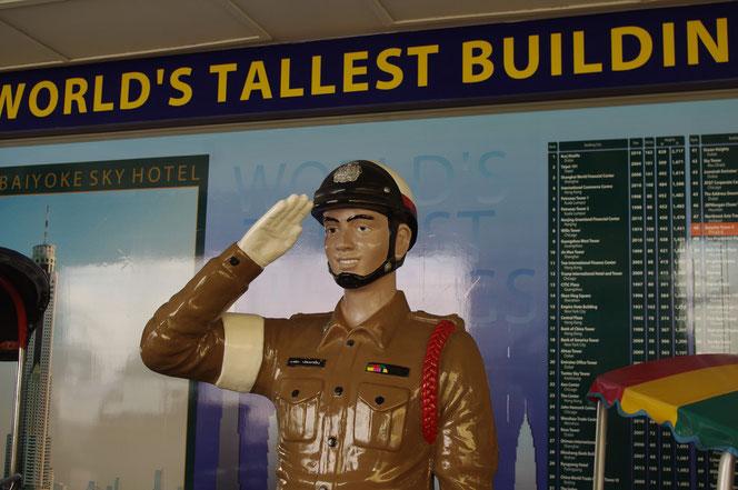 タイの警察官の人形。敬礼をしている。バイヨークスカイホテル。タイにまつわる展示スペース。【バンコク ピクチャー】  タイ王国の首都・バンコクの旅行(出張)写真ブログ