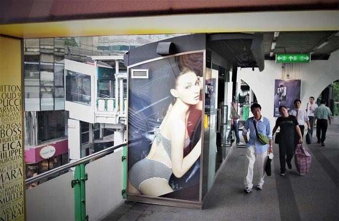タイ・バンコクのBTS駅で見つけた白人女性のセクシーな看板。