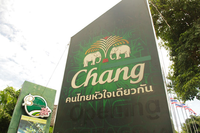 チェンマイのタイビール チャーンビールの巨大看板。緑色の看板背景に、チャーンのロゴが浮かび上がる。changと英語、タイ語で表記され浮かび上がる。白い象が向かい合うロゴのデザインはいかにもタイらしく、秀逸なデザイン。[タイ・チェンマイ旅行(出張)写真ブログの画像]