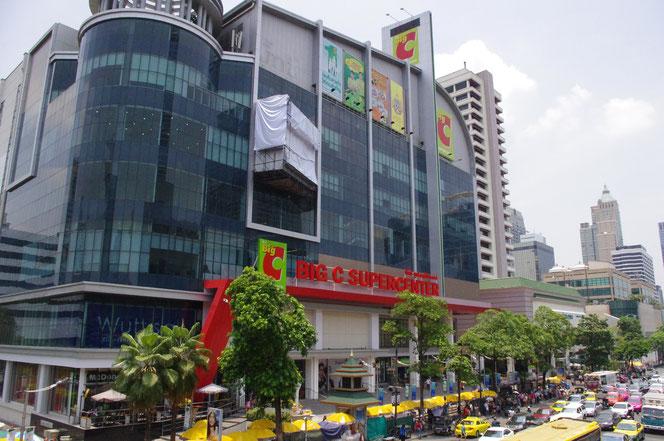 晴れた日のBig C 「ビッグ・シー」スーパーマーケット のお店の外観。 バンコク・タイランド