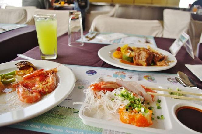 バイヨークスカイホテルでのビュッフェ食事の盛り付け。新鮮なシーフード、フレッシュジュース。お肉、エビ、刺身なども。セレブリティな雰囲気のおしゃれな写真。【バンコク ピクチャー】  タイ王国の首都・バンコクの旅行(出張)写真ブログ