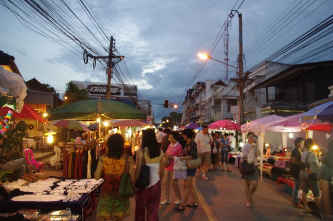 チェンマイの夕暮れ時。チェンマイサタデーマーケット歩行者天国。並ぶ屋台に照明が灯る。チェンマイ サタデーマーケット[タイ・チェンマイ旅行(出張)写真ブログの画像]