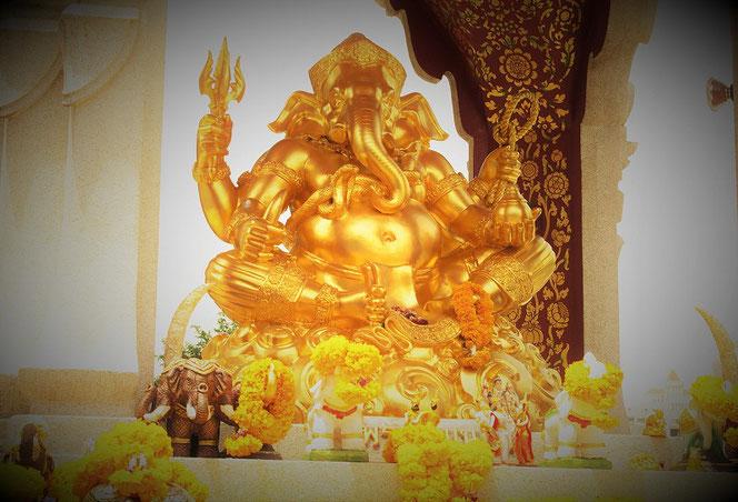 バンコク・伊勢丹百貨店前の「ガネーシャ神の像(トリムルティの祠)」の写真