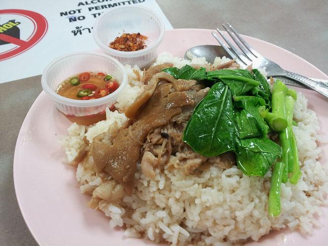 タイ料理のデリシャスな逸品「カオ・カームー(豚足煮込みを乗せたご飯)」バンコク東急百貨店のイートインスペース タイ出張旅行時のランチ