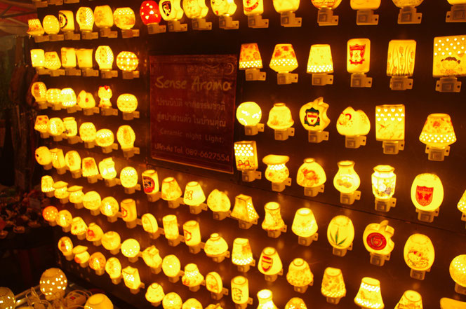 露店、屋台で販売されているスイッチ式のミニライト、照明。無数の明かりが灯る幻想的な光景。チェンマイ サタデーマーケット[タイ・チェンマイ旅行(出張)写真ブログの画像]