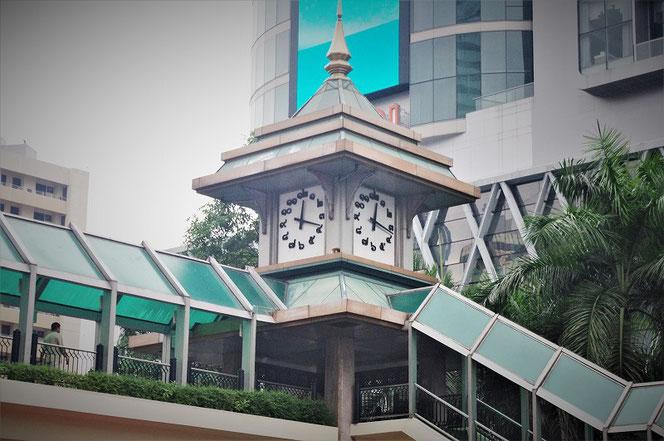 タイ・バンコクの歩道橋の写真。タイ文字の時計も。