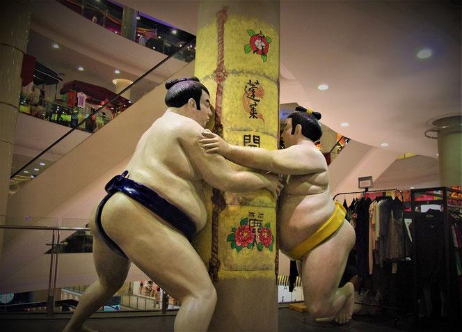 「タイのバンコク」のショッピングモール Terminal21・ターミナル21 の力士、相撲とり、関取の写真