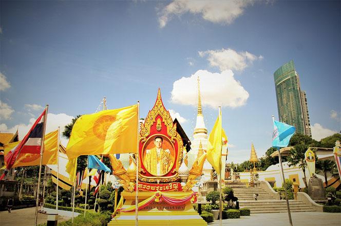 タイの寺院のタイ王国  プミポン(ラーマ9世)国王陛下の御写真
