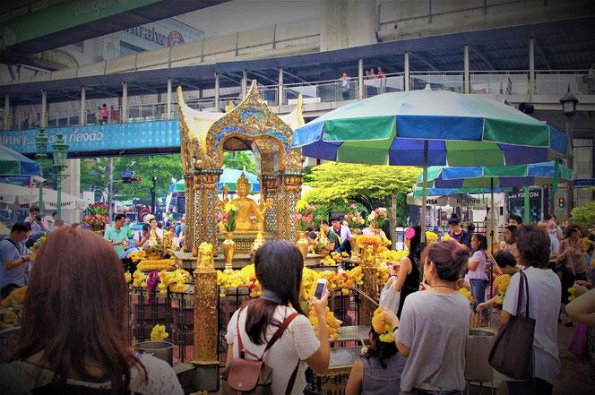 タイ・バンコクのエラワン廟(ブラフマー神の像)の写真