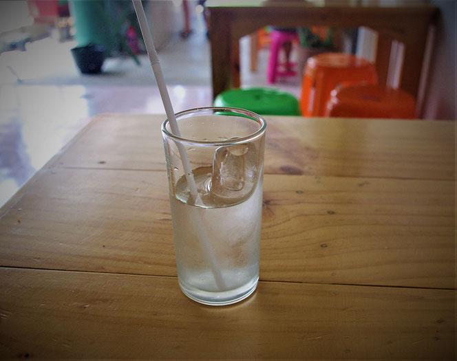 ドリンキングウォーターをコップ注いだ写真。タイ・チェンマイの出張旅行時の食堂にて