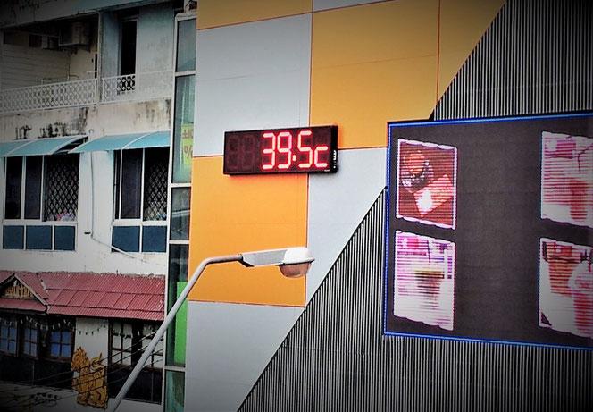 タイ出張旅行中、バンコクで撮影した温度計の写真。39.5度の表示。タイは日本と比べて半端なく暑い。