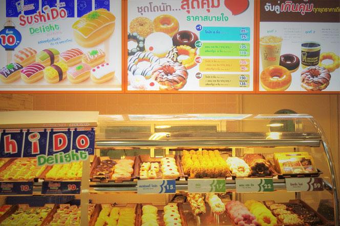 タイ・バンコク出張旅行時に撮影したミスタードーナツのお店の写真。「スシド・sushdo」ドーナツやドーナツの並ぶカウンターの販売写真。