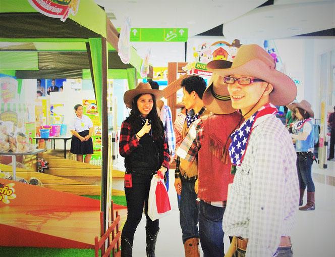 タイのスーパーマーケット ビッグシーにて。ビッグシーの西部劇・コスプレ軍団の皆さん。タイ出張旅行時、お土産を買い物途中に撮影した写真。