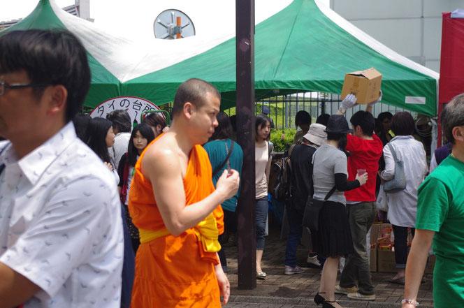 タイフェス会場のタイ人のお坊さん。タイの袈裟姿のお坊さん。「第14回 タイ・フェスティバル2013年 東京・代々木」の会場写真