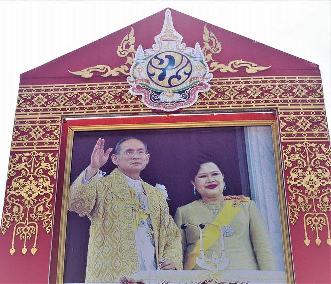 崩御された先代のタイ王国国王 プミポン(ラーマ9世)国王陛下 シリキット王妃陛下のお写真