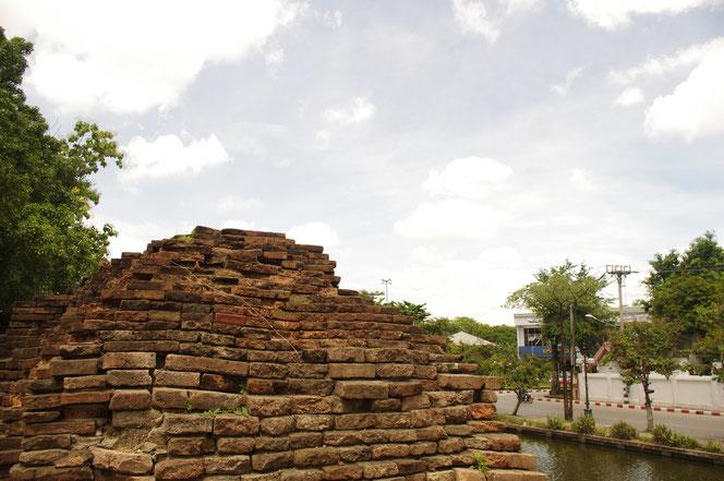 チェンマイ城壁後のコーナー部分。北東の角のコーナーのレンガの城壁。手前には水堀が。レンガの一部は朽ちて崩れている。[タイ・チェンマイ旅行(出張)写真ブログの画像]
