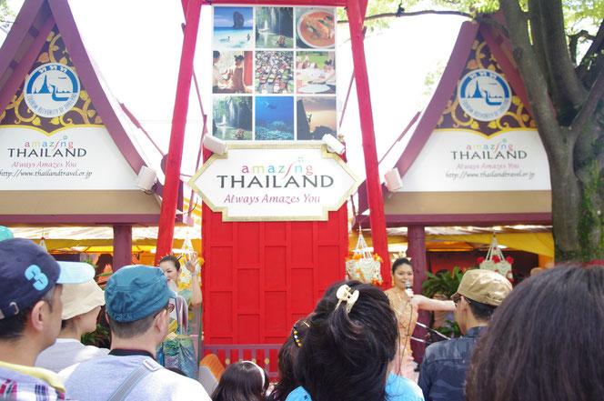アメージング・タイランドブース。日本にいながら タイの雰囲気が感じられて、とても不思議な感じがしました。「第14回 タイ・フェスティバル2013年 東京・代々木」の会場写真