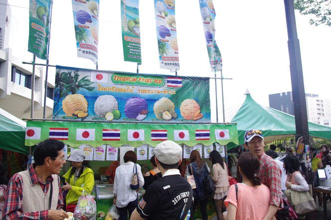 タイのアイスクリームのお店。日本とタイの国旗がとても印象的。「第14回 タイ・フェスティバル2013年 東京・代々木」の会場写真