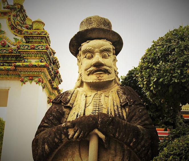 ワット・ポー(涅槃寺、wat po)のマルコポーロの石像の写真。タイ・バンコク出張旅行時に撮影