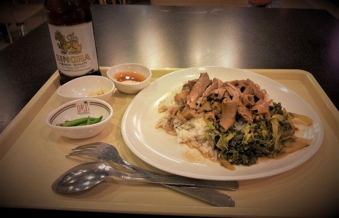 タイ出張旅行時の夕食。BTS・エカマイ駅直結 エカマイ・ゲートウェイ(gateway)のフードコートでの夕食写真。タイ料理とシンハービール