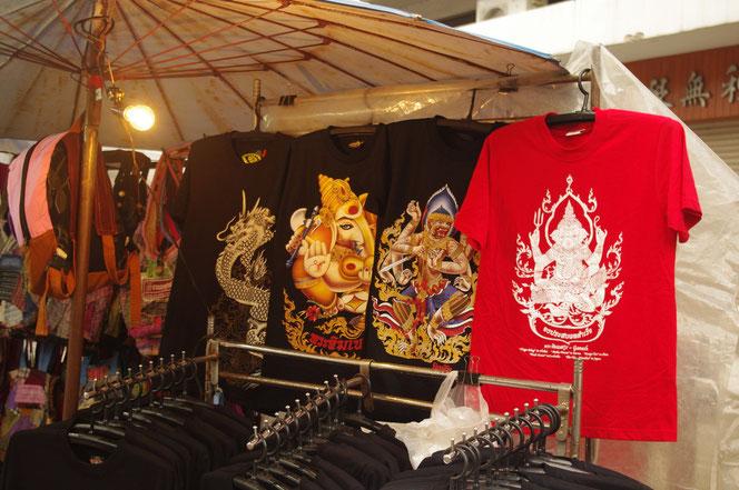 チェンマイサタデーマーケット。服飾屋台。アジアンなデザインの屋台のTシャツ。ガネーシャ、ハヌマーン、ドラゴン、龍、などがプリントされている。